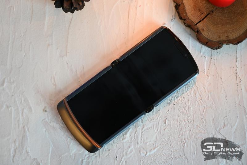 Motorola Razr 5G внутри: фронтальная камера, разговорный динамик и сенсоры в крупном вырезе, экран