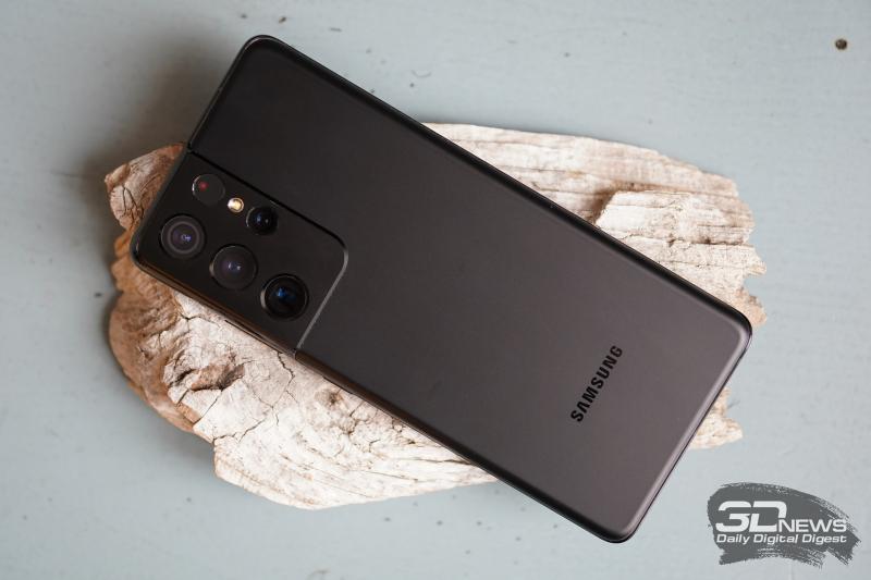 Samsung Galaxy S21 Ultra, задняя панель: в углу — блок камер с четырьмя объективами, светодиодной вспышкой и сенсорами
