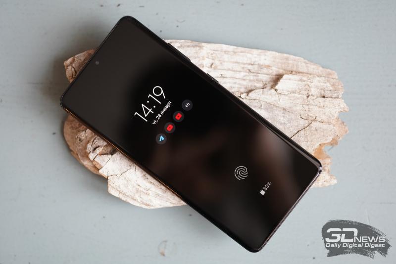 Samsung Galaxy S21 Ultra, лицевая панель: фронтальная камера в отверстии в верхней части экрана, над ней — прорезь разговорного динамика