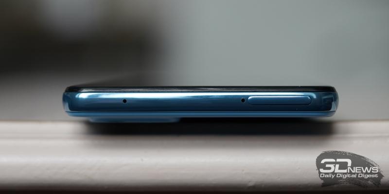 Samsung Galaxy A52, верхняя грань: слот для карточек и микрофон