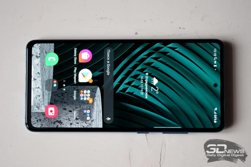 Samsung Galaxy A52, лицевая панель: в верхней части экрана — фронтальная камера в отверстии и разговорный динамик