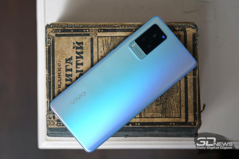vivo X60 Pro, задняя панель: в углу — ступенчатый блок тройной камеры с двойной светодиодной вспышкой и миниатюрной прорезью для микрофона сбоку